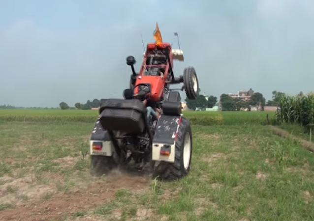 ¡Qué destreza! Un granjero indio hace maniobras con su tractor