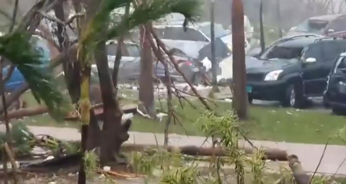 La fuerza destructiva del huracán Dorian que arrasa todo en su camino (vídeo)