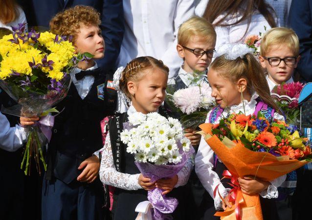 Niños en vez de flores, una nueva tradición en las escuelas rusas