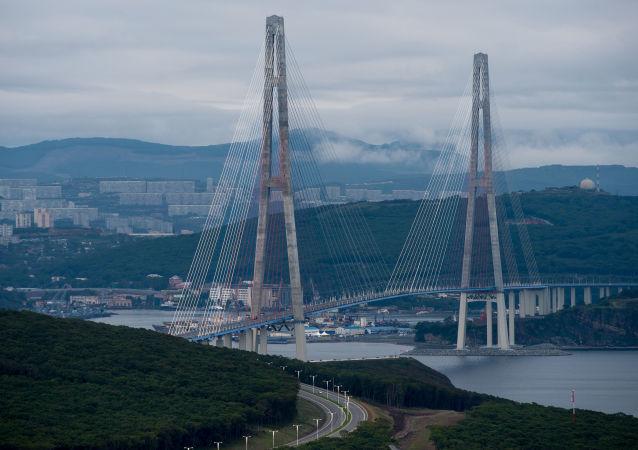 El puente de la isla Russki en la ciudad rusa de Vladivostok