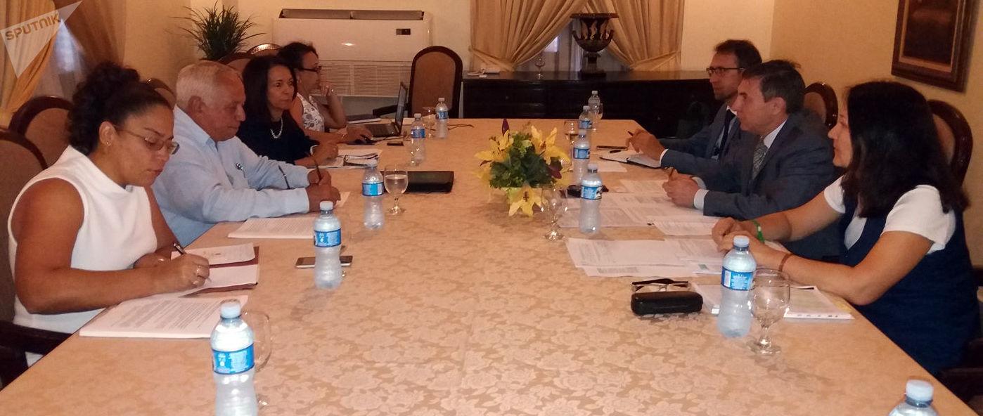 Miguel Núñez, asesor del jefe de la Aduana de Cuba (izquierda), y Nikolái Rykunov, representante de la FTS de Rusia