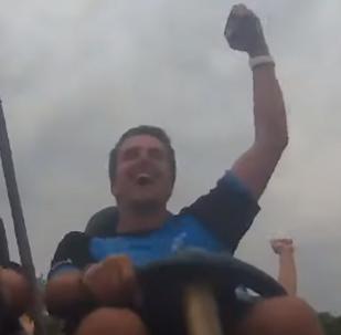 Ayuda del cielo: un hombre se hace con un celular en plena montaña rusa