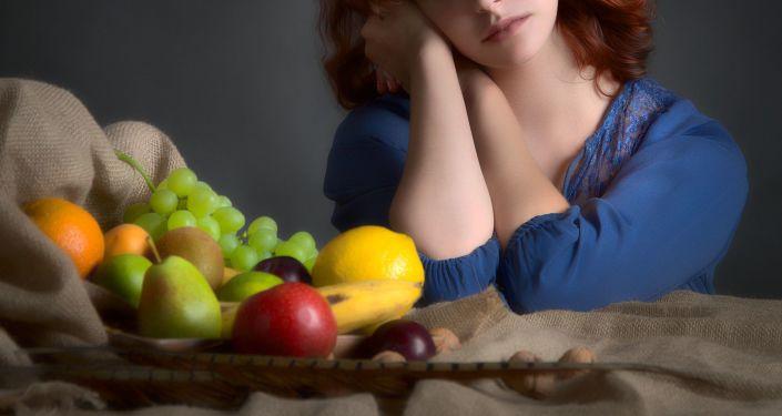 Una mujer y frutas