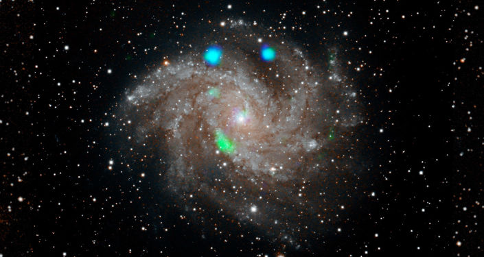 Los estallidos de la luz de rayos X de color azul y verde brillante en la galaxia de los Fuegos Artificiales —NGC 6946—