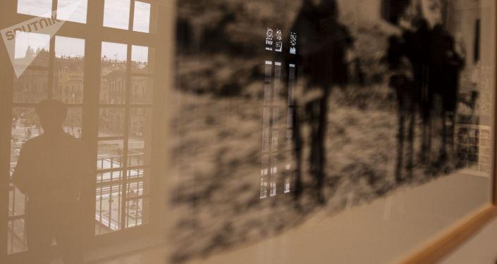 Rubén Pax, fotógrafo mexicano con más de 50 años de trayectoria, se refleja en una de sus fotografías en el Museo de la Fotografía de la ciudad de México