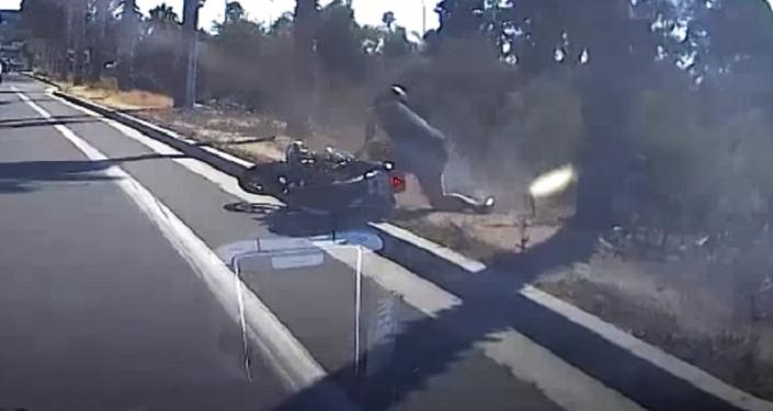 Un motociclista paga su mala conducta en la vía pública