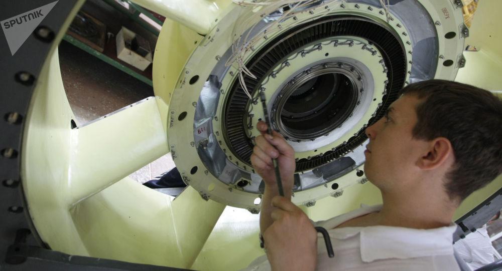 Un trabajador de la fábrica Motor Sich en Ucrania