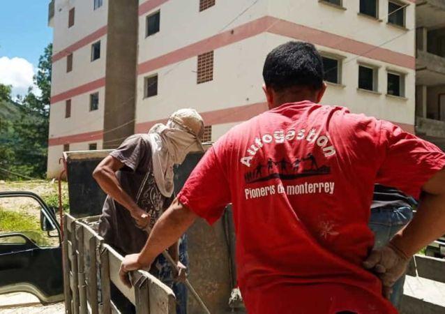 Descarga de cemento en la jornada de trabajo colectivo en la Nueva Comunidad Socialista Monterrey, Caracas, Venezuela