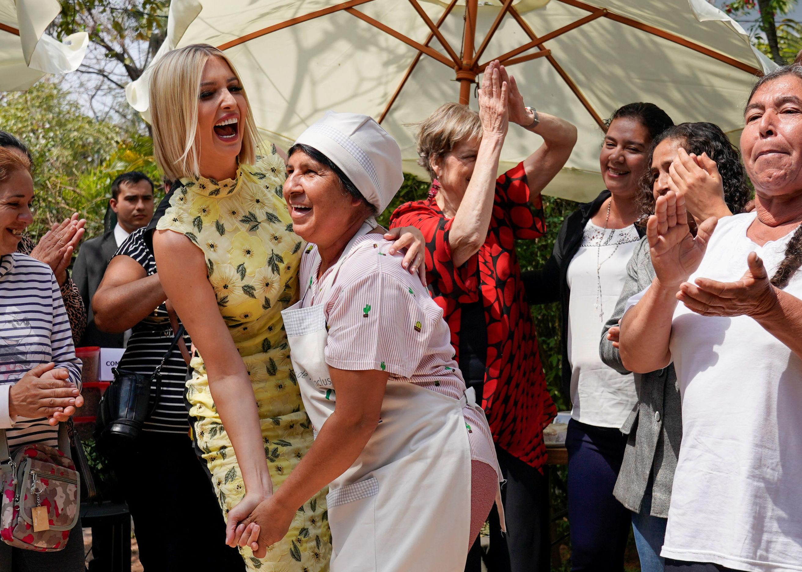 Una paraguaya rompe el protocolo con Ivanka Trump tras un evento de empoderamiento femenino en Asunción
