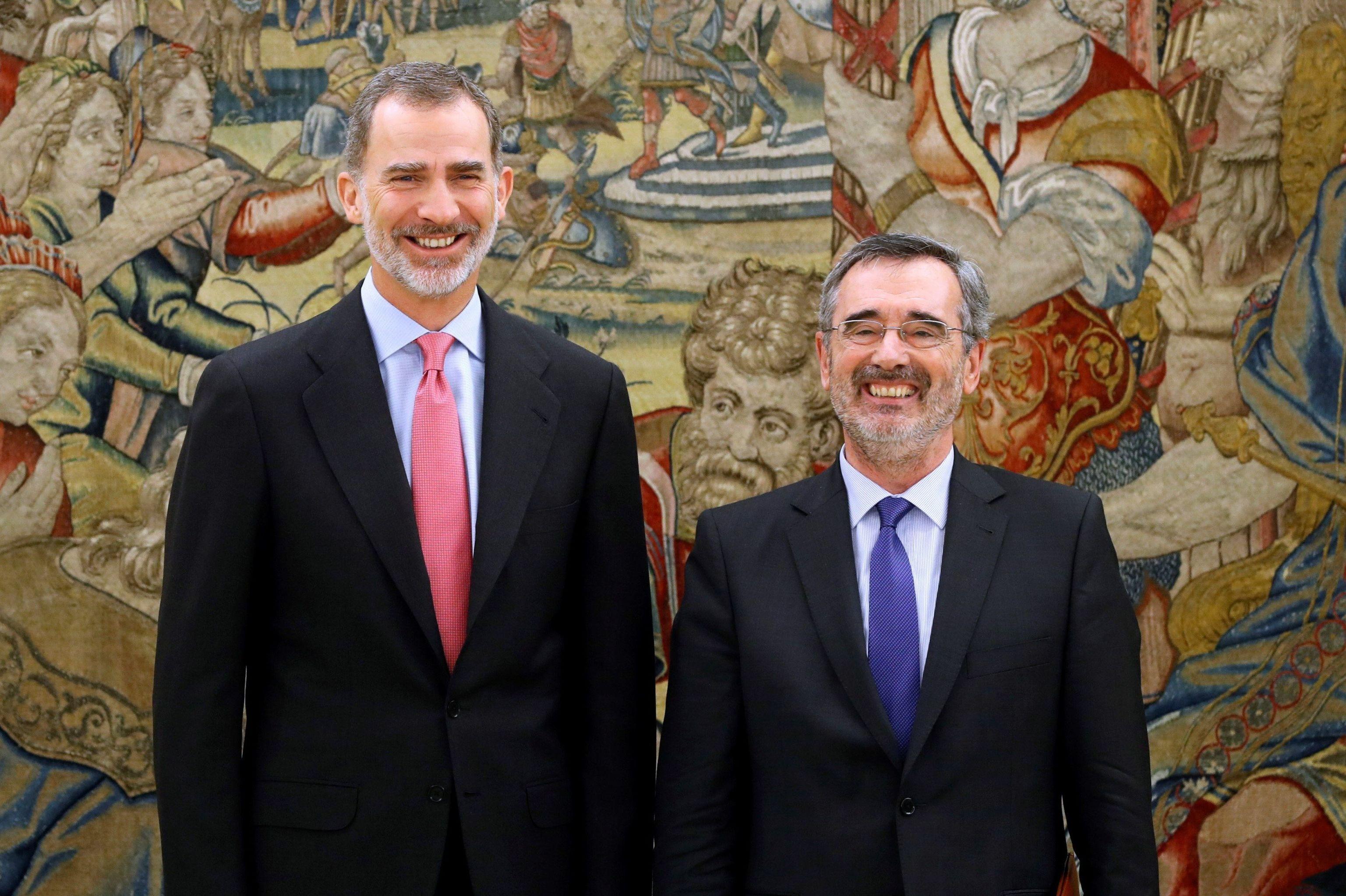 Manuel Cruz, a la derecha, junto al rey de España, Felipe VI, en el Palacio de la Zarzuela de Madrid