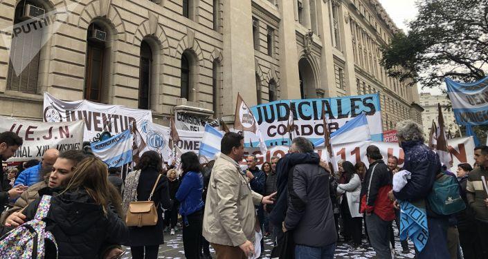 Empleados estatales protestan frente al palacio de Justicia