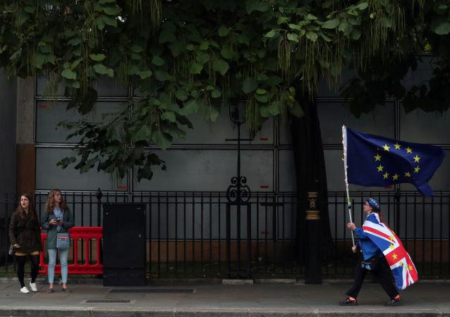 Un hombre con las banderas del Reino Unido y la UE