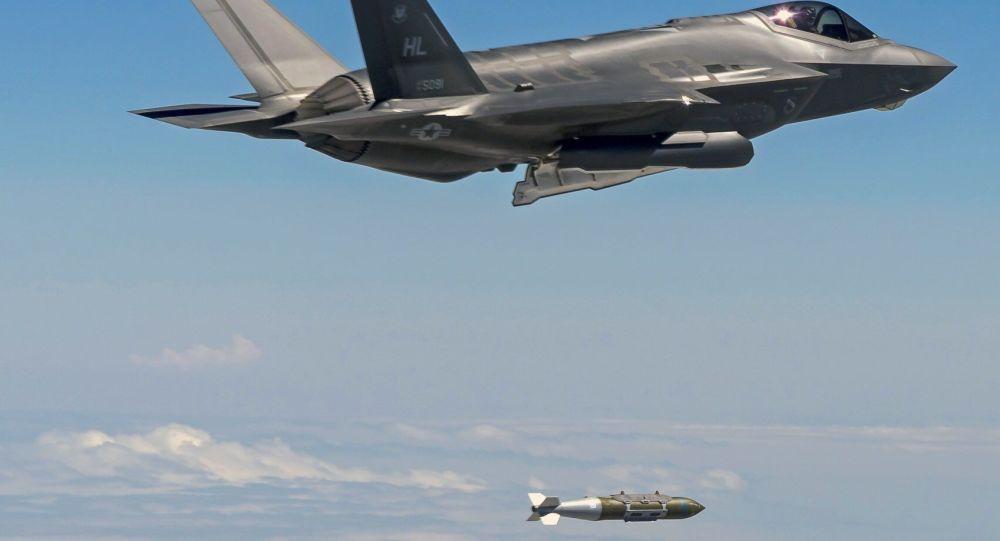 Un avión F-35 bombardea la isla de Qanus, en Irak