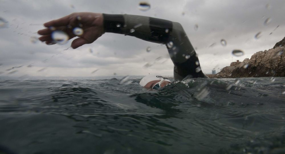 Una persona nadando (imagen referencial)