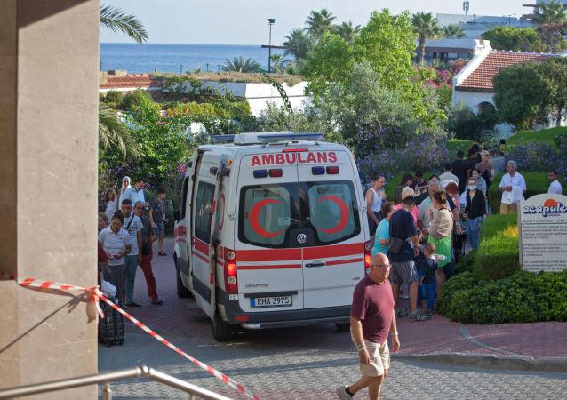 Ambulancia cerca de un arsenal que se explotó en el norte de Chipre
