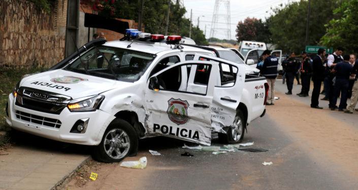 Camioneta policial destrozada tras el ataque de un grupo criminal para liberar al líder narco Teófilo Samudio