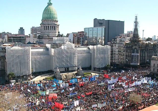 Manifestantes inundan Buenos Aires durante sesión sobre la ley de Emergencia Alimentaria
