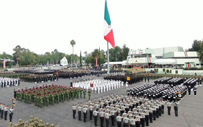 México celebra su independencia con cazas, helicópteros, buques y soldados