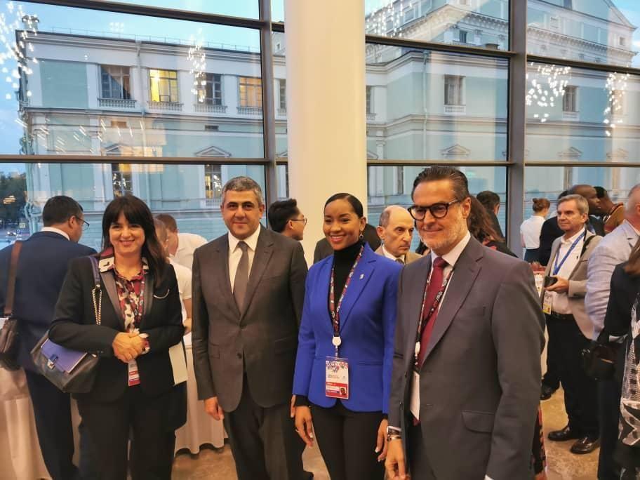 Félix Plasencia (a la derecha), el ministro de Turismo y Comercio Exterior venezolano, la 23 Asamblea General de la Organización Mundial del Turismo (OMT) en San Petersburgo