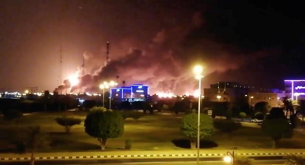 El humo de las refinerias incendiadas en Arabia Saudí