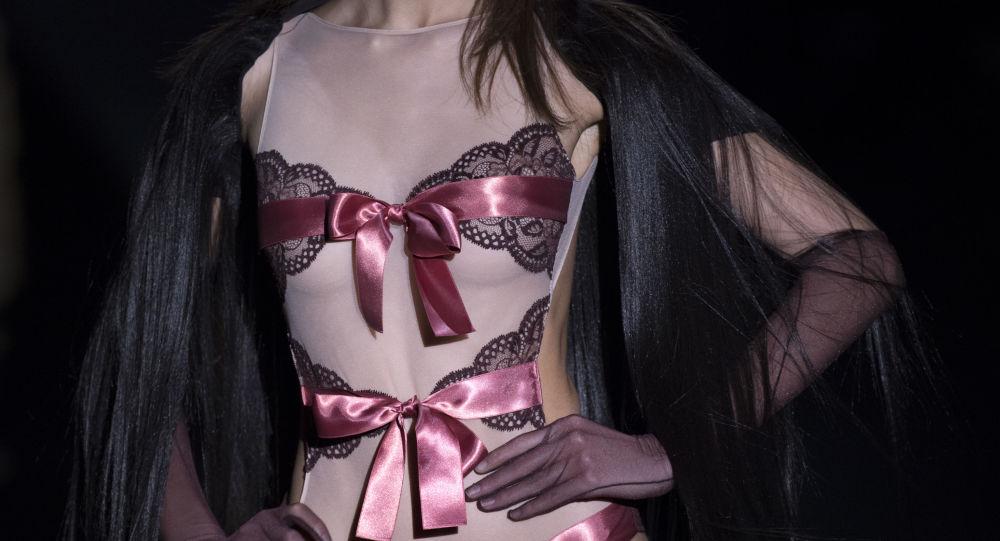 Una modelo muestra un traje del diseñador español Andrés Sardá
