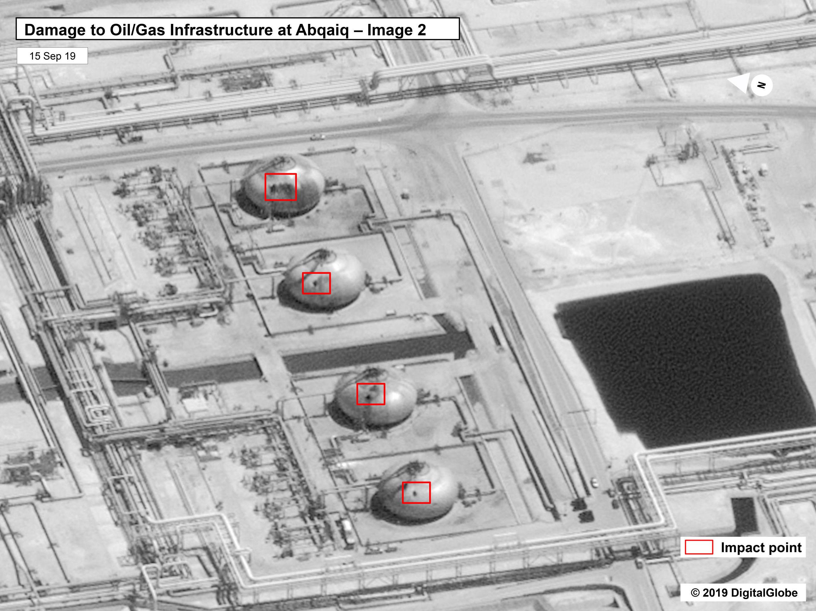 La imagen, facilitada por el Gobierno de Estados Unidos, muestra la estructura de la refinería en Buqyaq dañada por un ataque de drones.