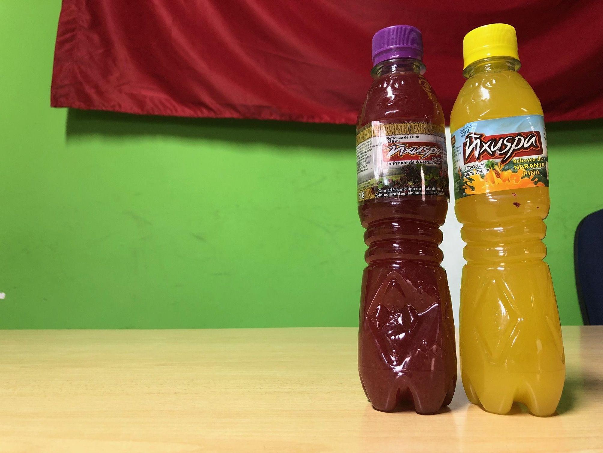 Las bebidas tradicionales de América Latina en la mesa de la oficina de las autoridades indígenas