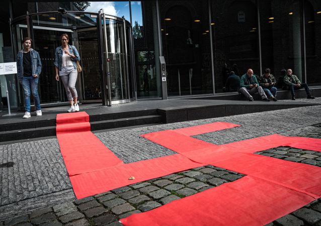 Esvástica formada con alfombras rojas por el artista Ralph Posset, durante la inauguración de la exibición 'Diseño del Tercer Reich', en el Museo de Diseño Den Bosch (Países Bajos)