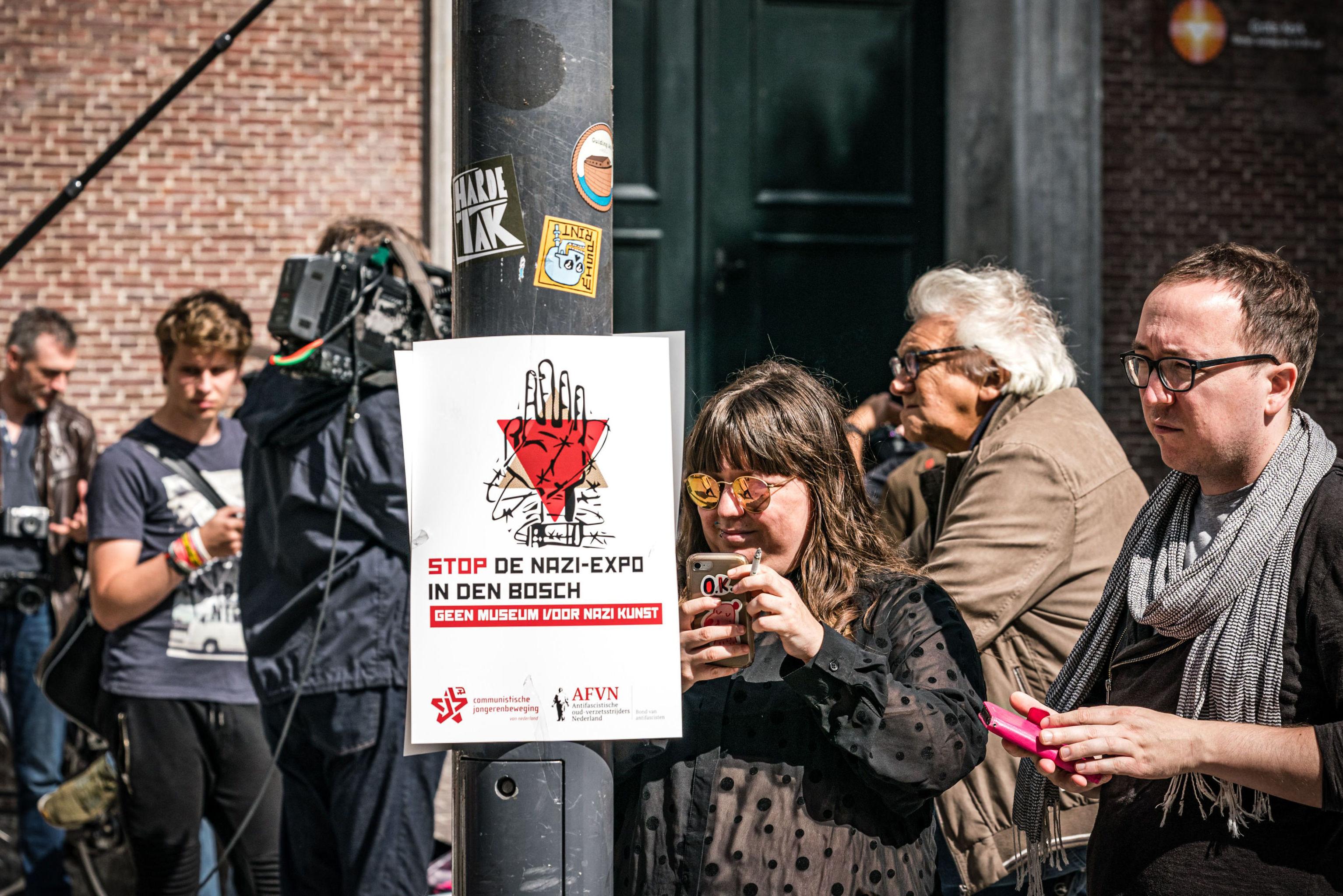 Manifestantes reclaman clausura de la exposición 'Diseño del Tercer Reich', frente al museo Den Bosch (Países Bajos), el 8 de septiembre de 2019