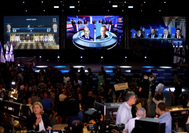 Pantallas con los resultados de las elecciones en Israel