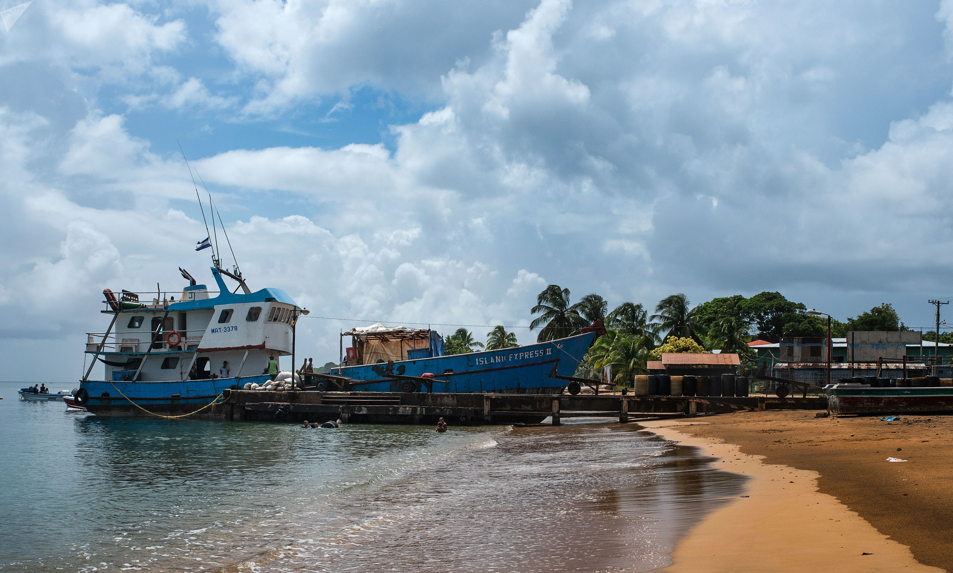 Un barco pescadero cerca de Big Corn Island