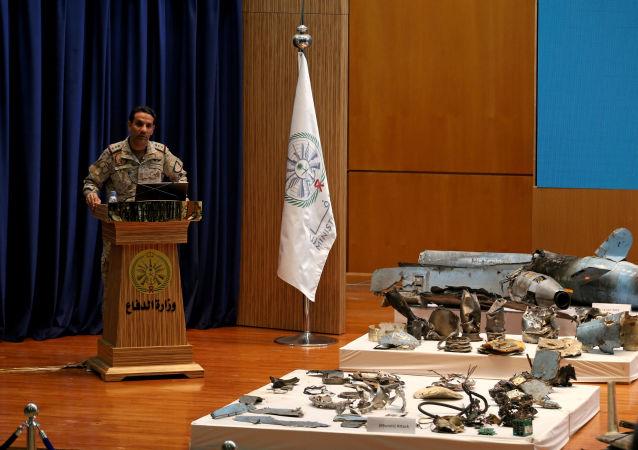 El portavoz del Ministerio de Defensa saudí, Turki Maliki, muestra las pruebas de implicación de Irán en los ataques contra refinerías