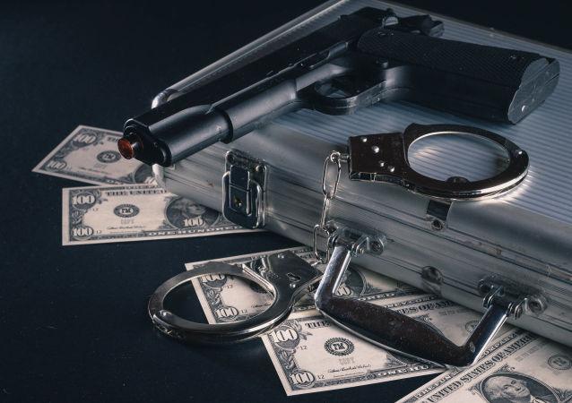 Dólares, pistola y esposas