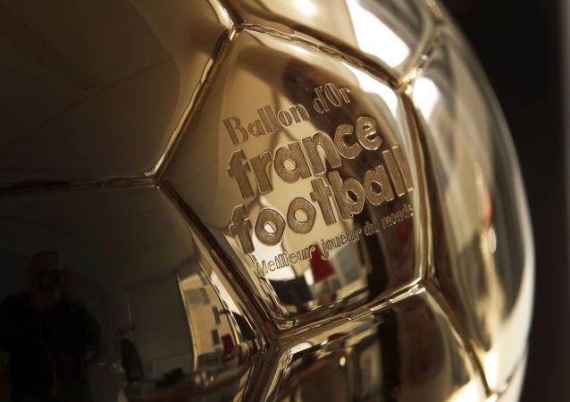 La escultura de un Balón de Oro en París