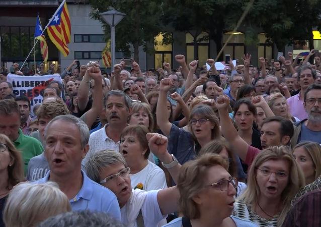 Independentistas catalanes protestan por el arresto de activistas acusados de preparar atentados