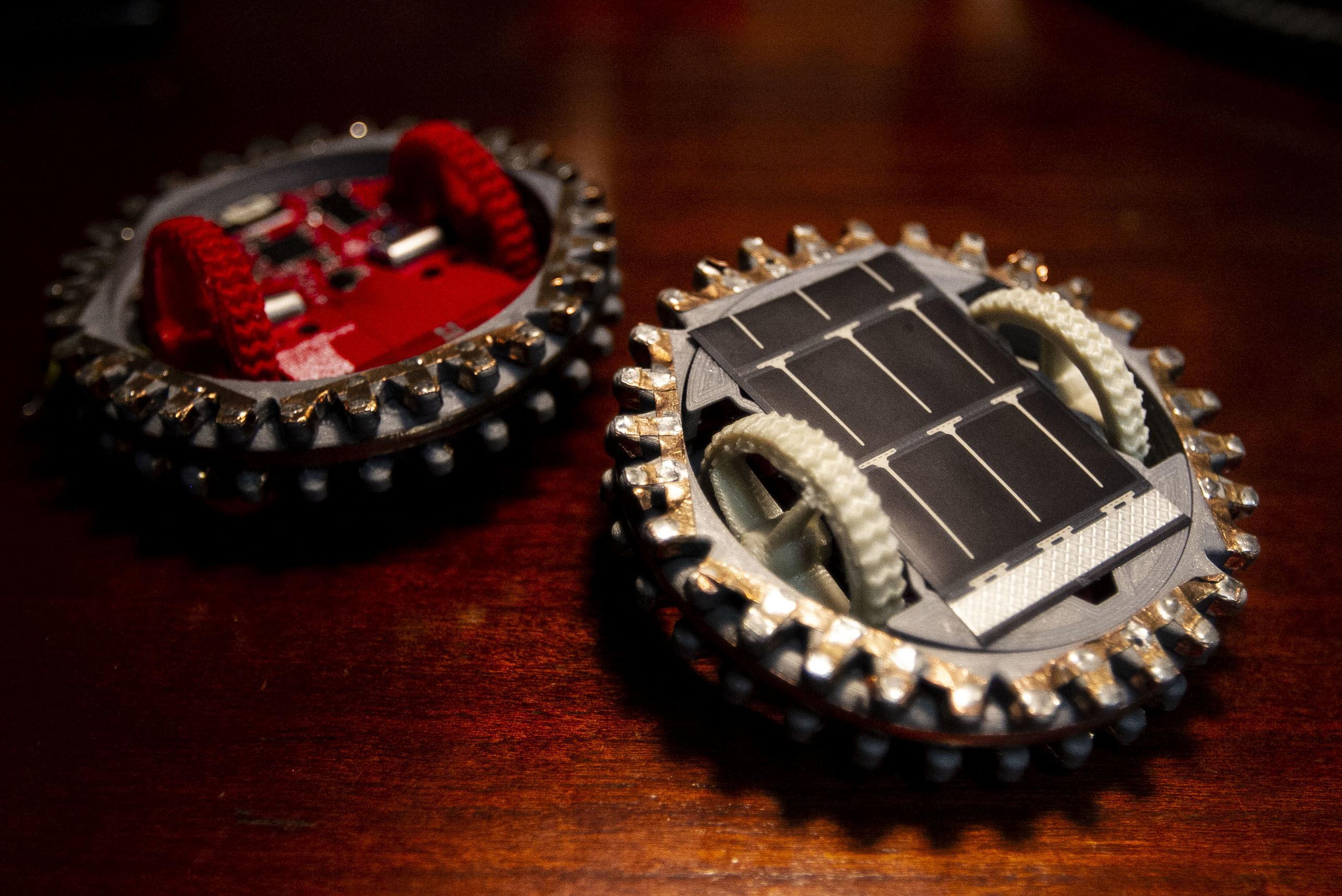 Prototipos a escala de dos mini-robots mexicanos que viajarán a la luna en 2021