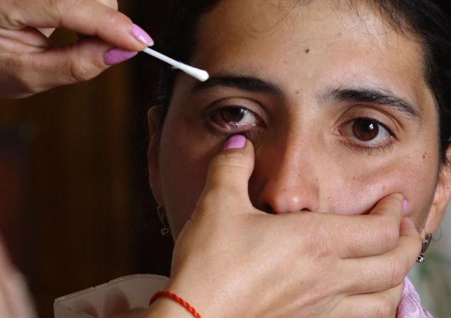 La armenia Satenik Karazián llora con cristales