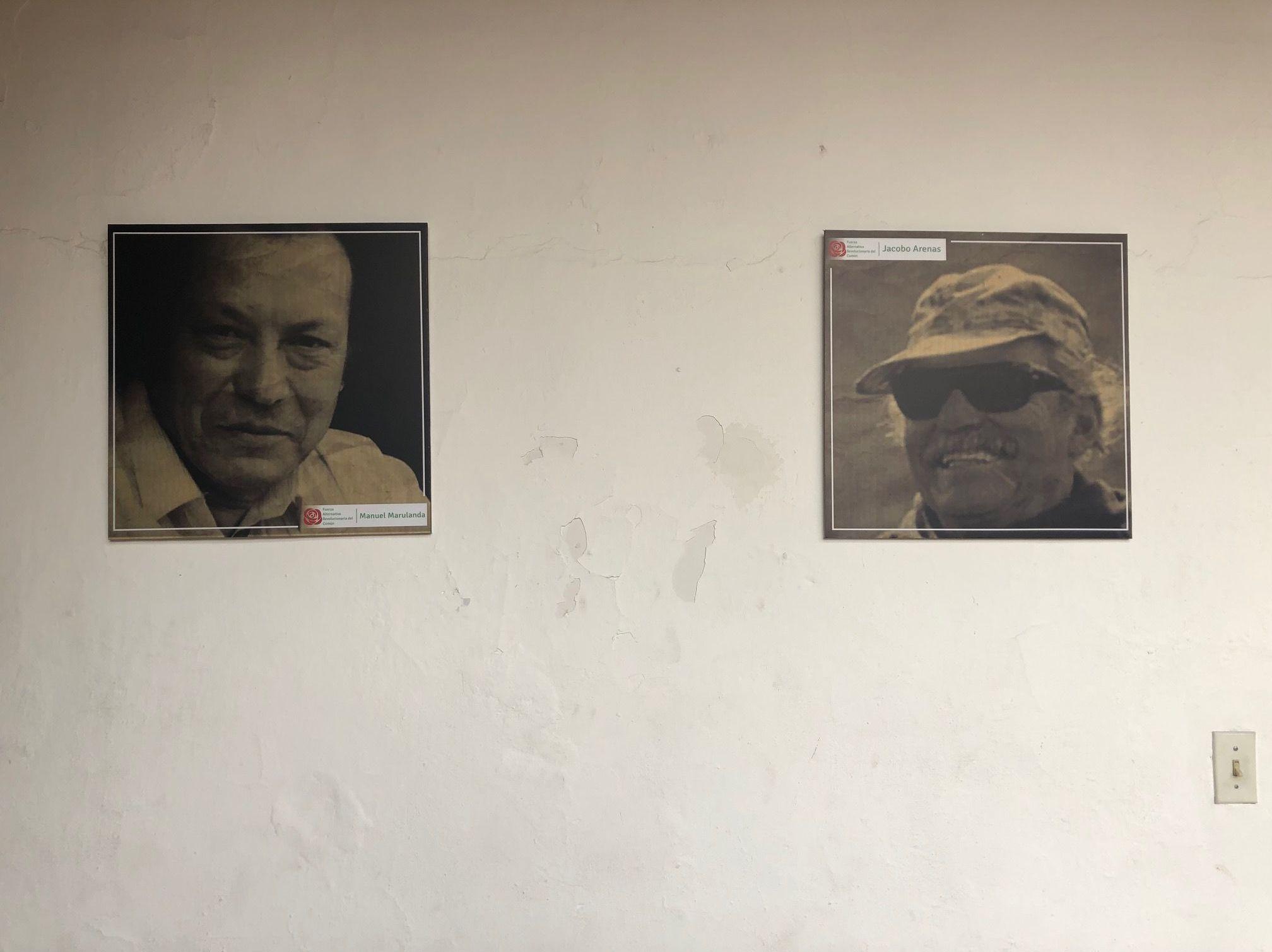 Retratos de Manuel Marulanda (izquierda) y Jacobo Arenas, los líderes destacados de las FARC