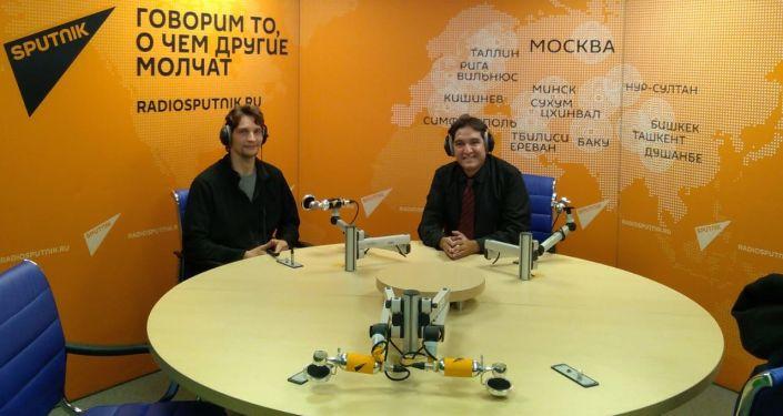Francisco González (d) en los estudios de Radio Sputnik