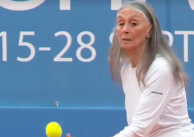 85 años y 37 nietos no son un obstáculo para el tenis