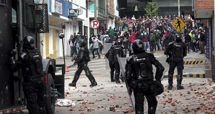 La Polícia y los estudiantes se enfrentan en protestas en Colombia