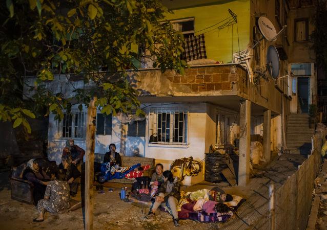 Personas evacuadas tras el terremoto en Estambul