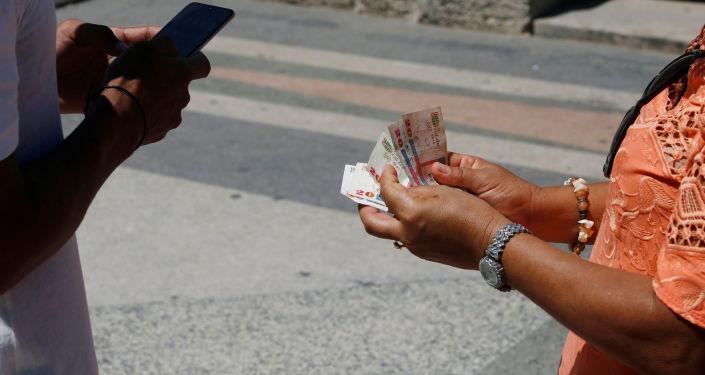 Unos cubanos con el dinero (imagen referencial)