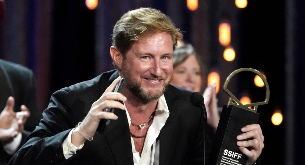 El director Paxton Winters con la Concha de Oro