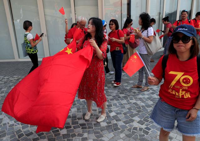 Los partidarios de Pekín marchan en Hong Kong