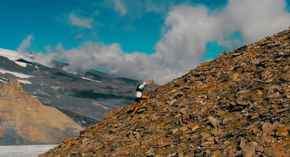 Un participante de la carrera montaña Elbrus Race