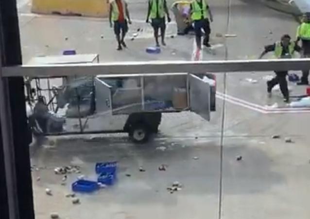 Un carrito de transporte se revela contra el aeropuerto de Chicago