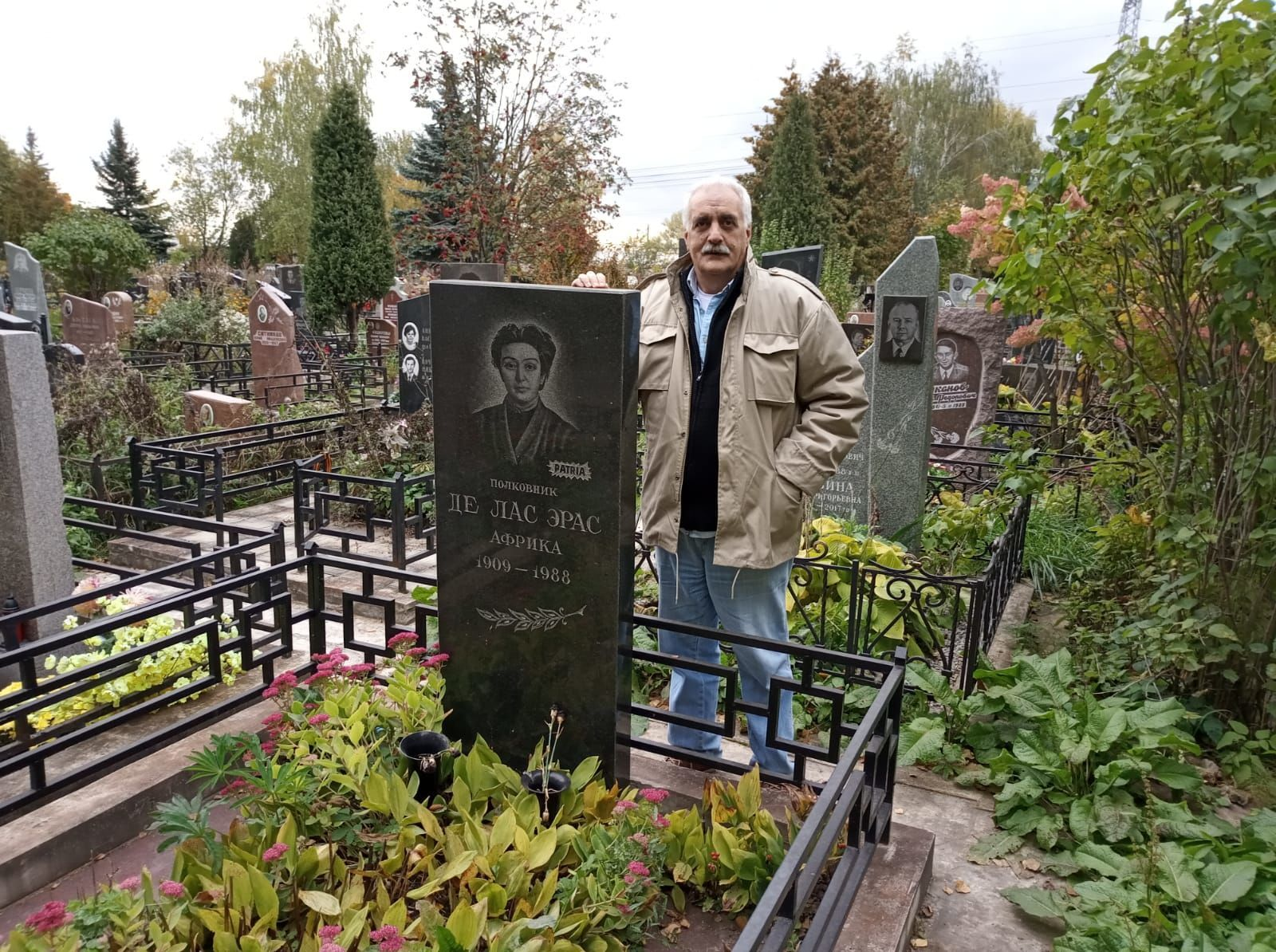 el escritor uruguayo Raúl Vallarino visita la tumba de la española África de las Heras