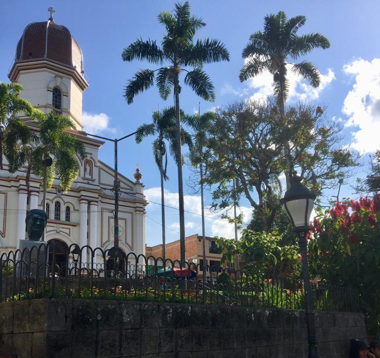 La Plaza central y la iglesia de Ituango