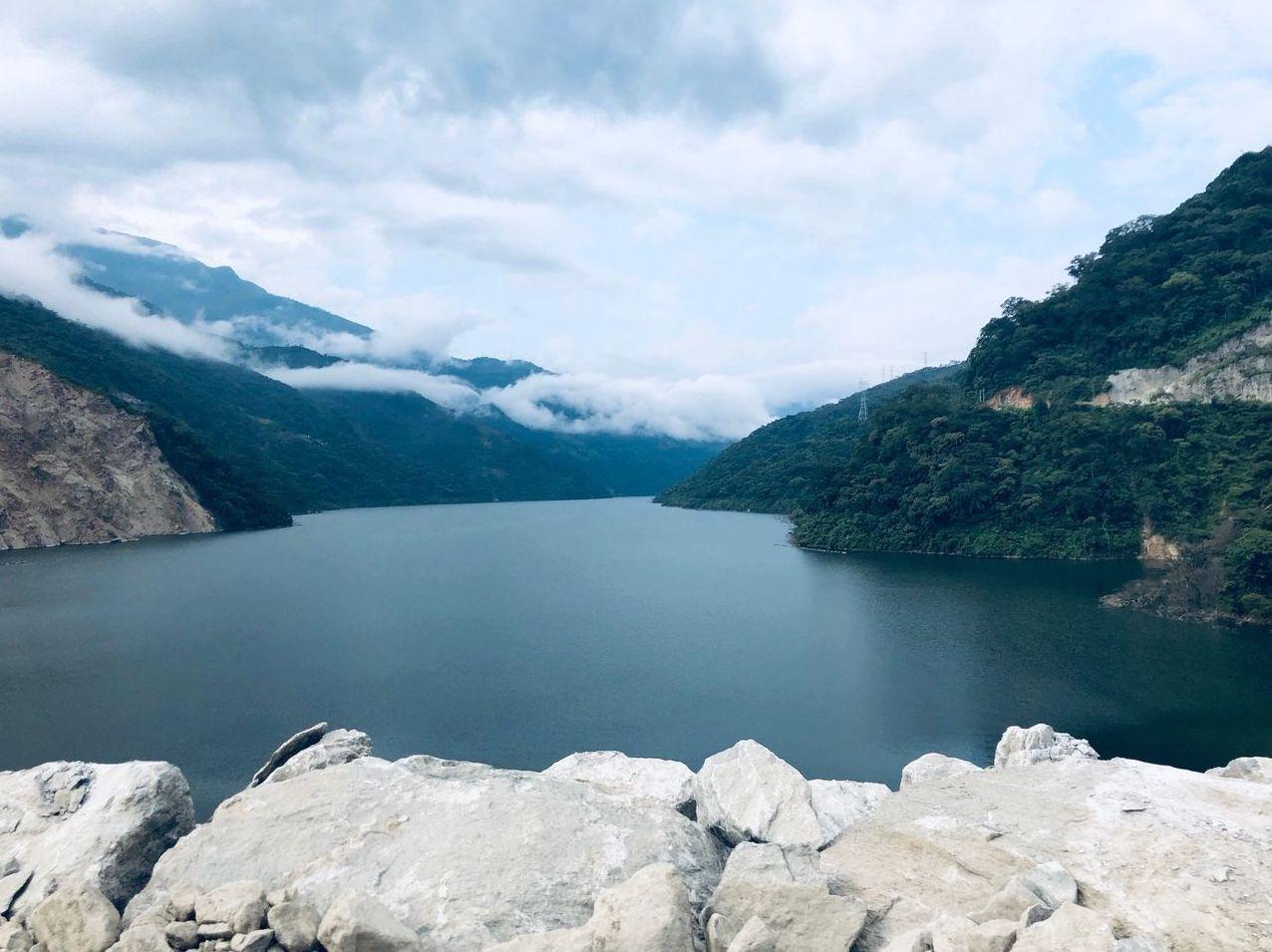 Una vista espectacular al río Cauca desde la represa